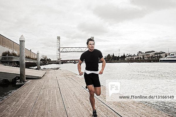 Mann rennt am städtischen Wasser