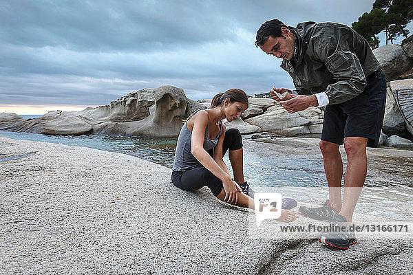 Mann wickelt Freundinnen um den Knöchel