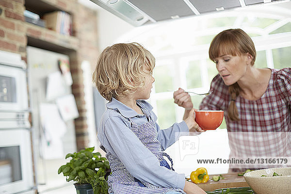 Mutter und Sohn bereiten das Essen in der Küche zu