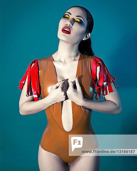 Junge Frau im Plastik-Outfit