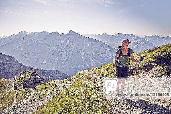 Reife Frau wandert am Bergweg  Karwendel-Mittenwald  Bayern  Deutschland