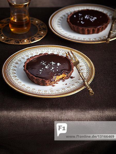 Teller mit gesalzener Schokoladen-Karamell-Torte