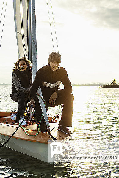 Älteres Ehepaar auf Segelboot