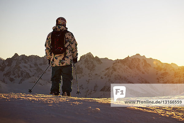 Mann im Skiurlaub