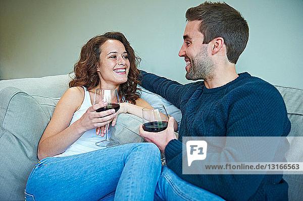 Ehepaar genießt Wein auf dem Sofa