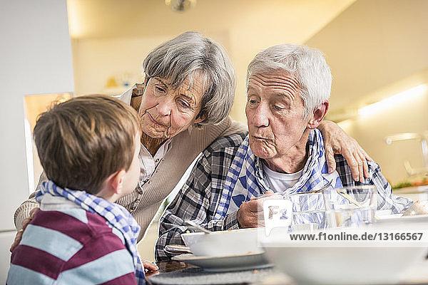 Junge und Großeltern am Mittagstisch