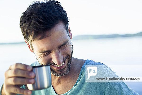 Reifer Mann mit Kaffee  lachend