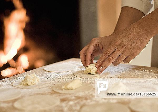 Füllen von Nudelteig in der Küche kochen