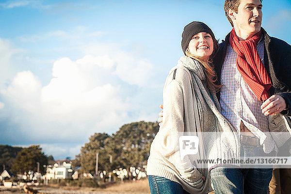 Romantisches Paar beim Spaziergang an der Küste