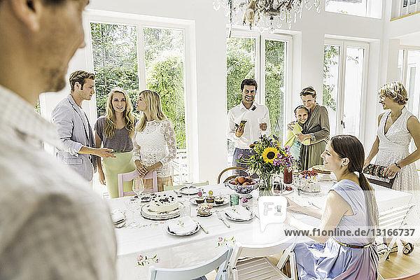 Familiengespräche am Partytisch im Speisesaal