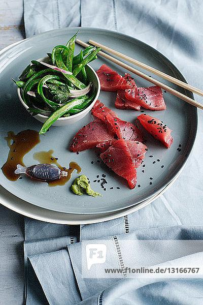 Teller mit Thunfisch und Sashimi-Bohnensalat