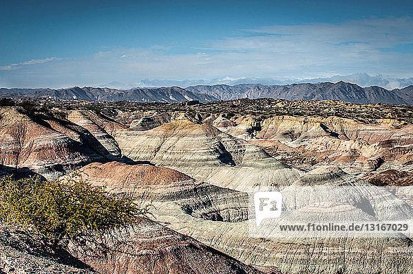 Erhöhte Ansicht einer gestreiften Hügellandschaft  Valle de la Luna  Provinz San Juan  Argentinien