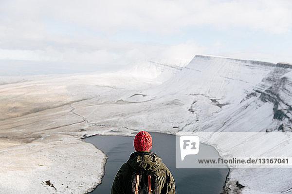 Rückansicht eines Mannes beim Betrachten von Llyn y Fan Fach  The Brecon Beacons  Wales  UK
