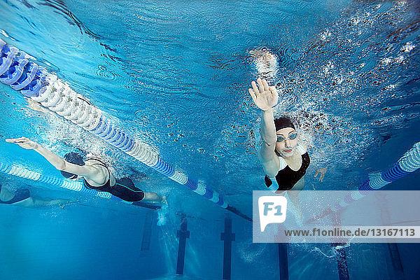 Schwimmende Schwimmer im Pool