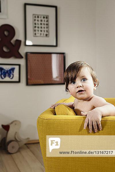 Porträt eines kleinen Jungen auf einem Stuhl