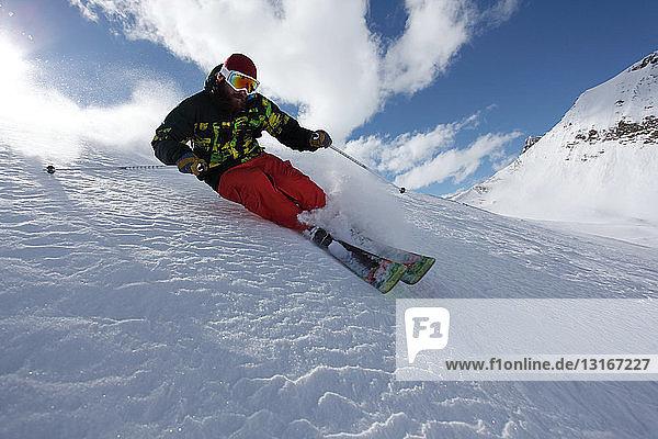 Mittelgroßer erwachsener Mann beim Skifahren mit Geschwindigkeitsabfahrt  Mayrhofen  Tirol  Österreich