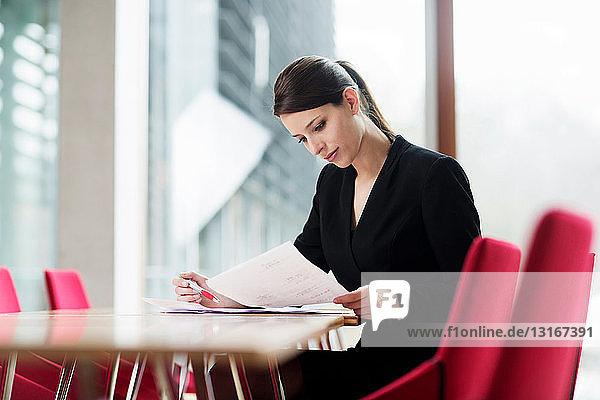 Frau prüft Papierkram