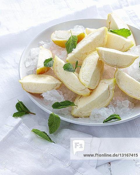 Schale mit Zitronencello-Keilen auf Eis