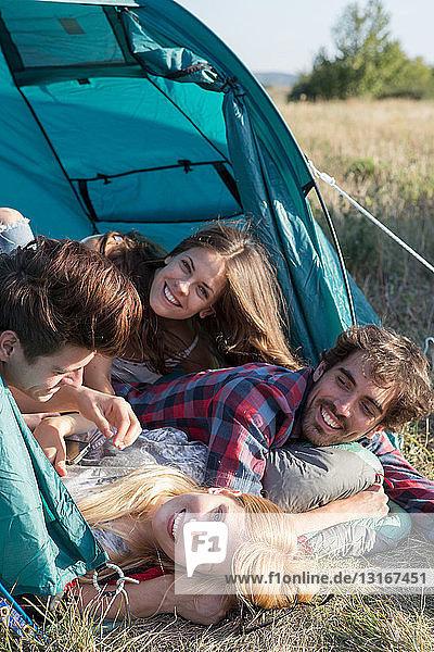 Freunde entspannen sich im Zelt