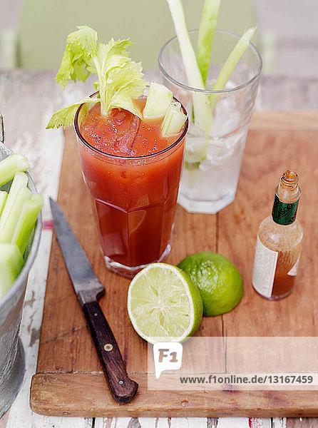 Cocktail mit Staudensellerie  Limette und scharfer Sauce