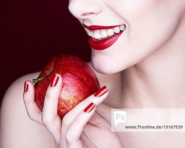 Frau hält Apfel