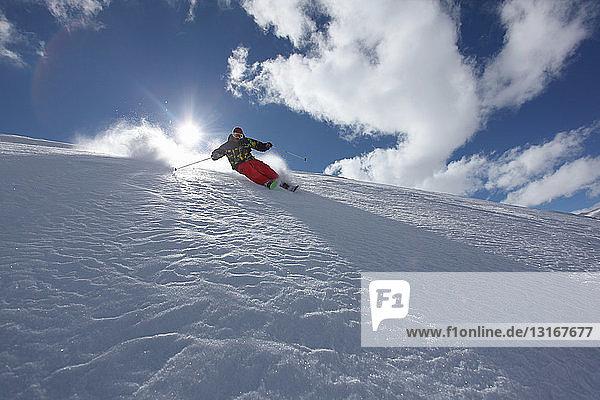 Mittelgroßer erwachsener Mann beim Abfahrtslauf  Mayrhofen  Tirol  Österreich