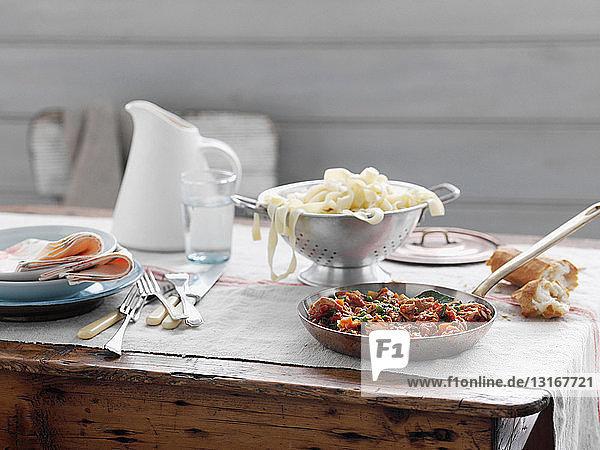 Nudeln und Pfannensauce auf dem Tisch