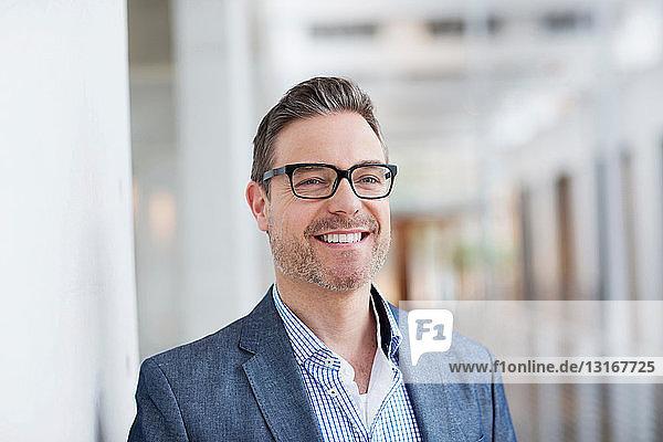 Mann mit zahnartigem Lächeln