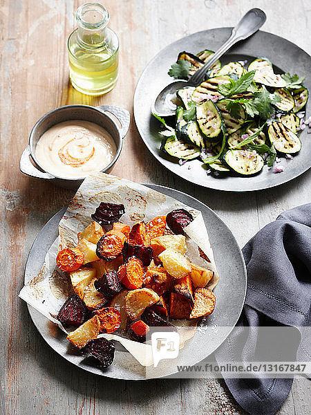Teller mit geröstetem Gemüse und Sauce