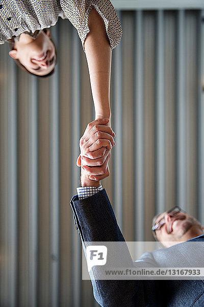 Mann und Frau beim Händeschütteln
