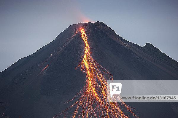 Aus Vulkan ausströmende Lava