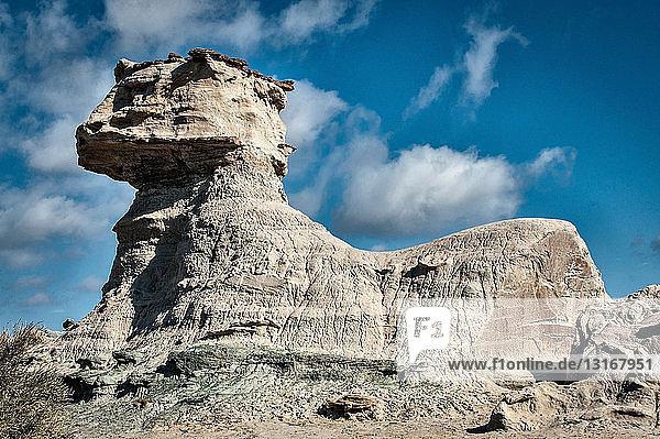 Niedrigwinkelansicht der Felsformation der Sphynxkatze  Valle de la Luna  Provinz San Juan  Argentinien
