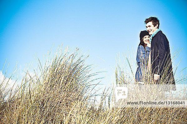 In Sanddünen stehendes Ehepaar  Bournemouth  Dorset  UK