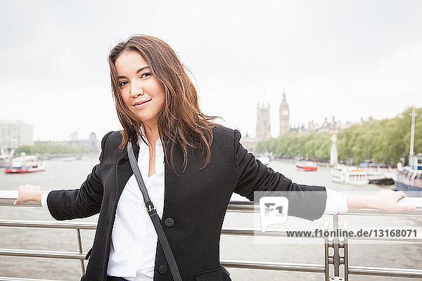 Porträt einer jungen Touristin auf der Fußgängerbrücke zum Golden Jubilee  London  UK