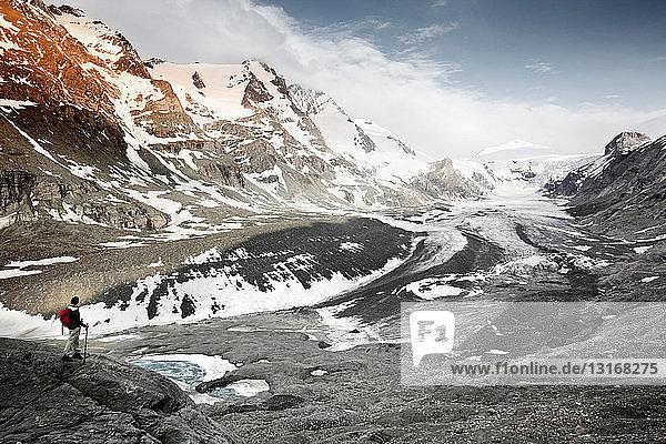 Frau mit Blick auf Gletscherlandschaft