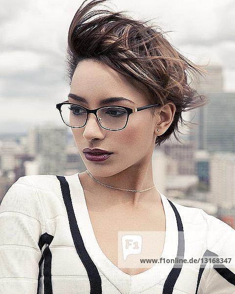 Porträt einer jungen Frau mit Stadtkulisse  London  UK