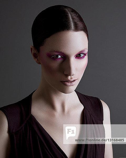 Porträt einer jungen Frau mit schwerem Augen-Make-up