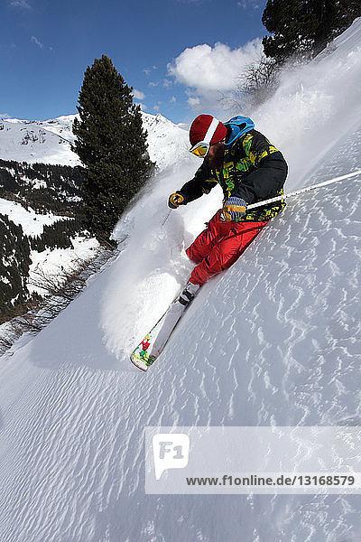 Mittelgroßer erwachsener Mann fährt steilen Berg hinunter  Mayrhofen  Tirol  Österreich