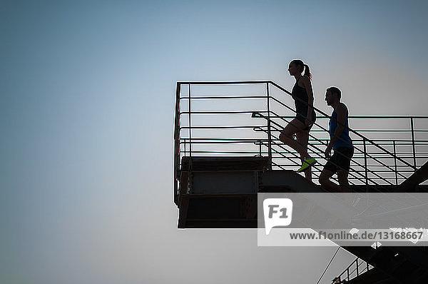 Mann und Frau gehen die Treppe hinauf  Silhouette