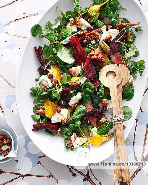 Schale mit Ziegenkäse und Rote-Bete-Salat