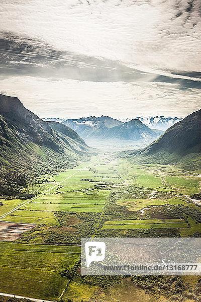 Luftaufnahme des ländlichen Talbodens