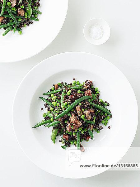 Teller Linsen- und grüner Bohnensalat