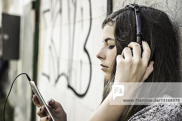Mädchen hört Musik auf einem Smartphone