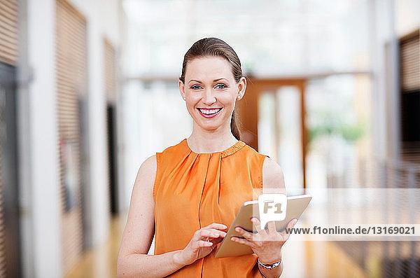 Frau hält digitales Tablett