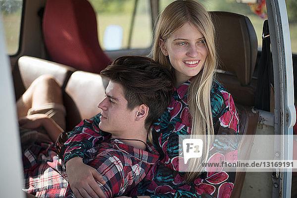 Junges Paar entspannt im Wohnmobil
