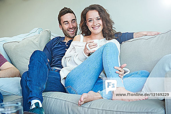 Paare auf dem Sofa kühlen