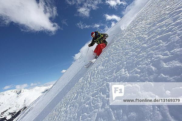 Mittelgroßer erwachsener Mann beim Skifahren am Steilhang  Mayrhofen  Tirol  Österreich