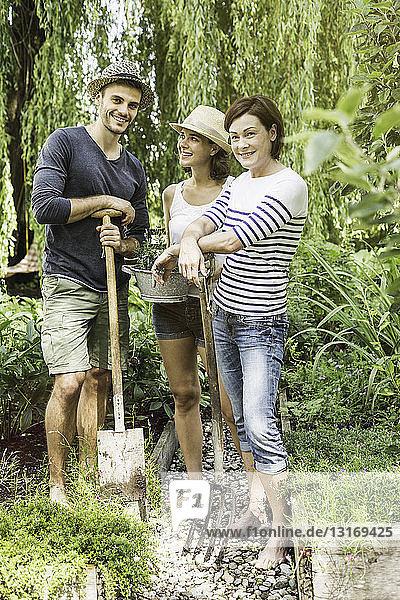 Drei Freunde bei der Gartenarbeit