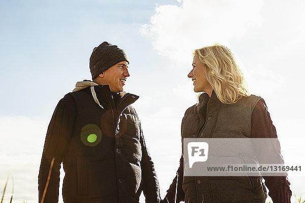 Reifes Paar  im Freien  von Angesicht zu Angesicht  lächelnd