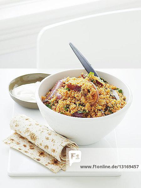 Schale mit Safran und Couscous-Salat